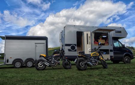 Bimobil mit Anhänger und Motorrädern