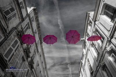 La Rochelle-Schirme über der Straße