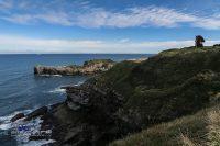 Steilküste mit Kunstwerk