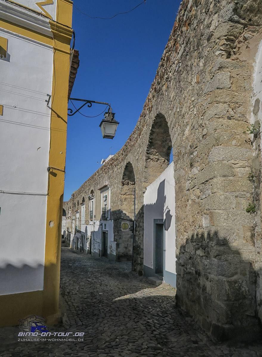 Evora-Aquädukt mit eingebauten Häusern