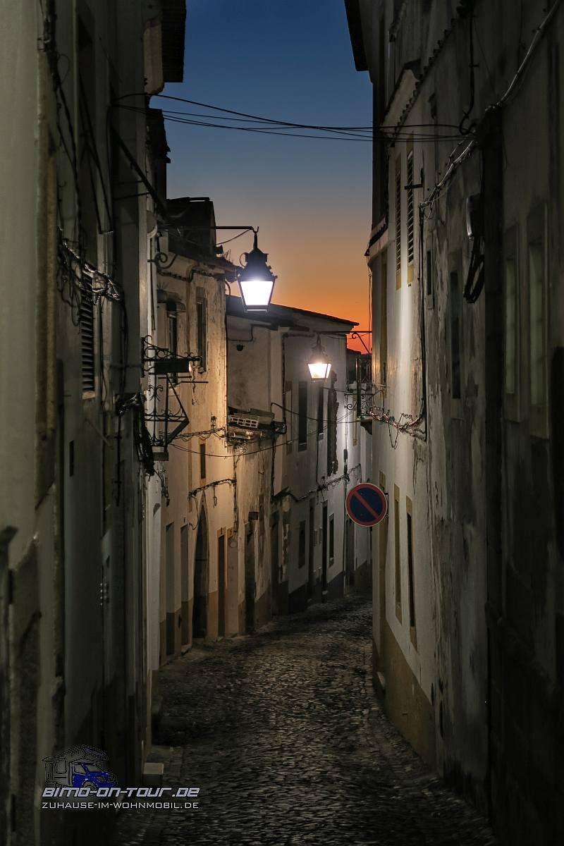 Evora-Gasse in der Nacht