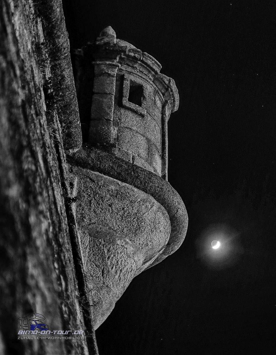 Evora-Stadtmauer in der Nacht