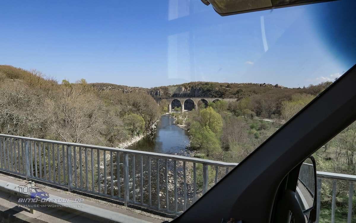Fluss mit Eisenbahnbrücke