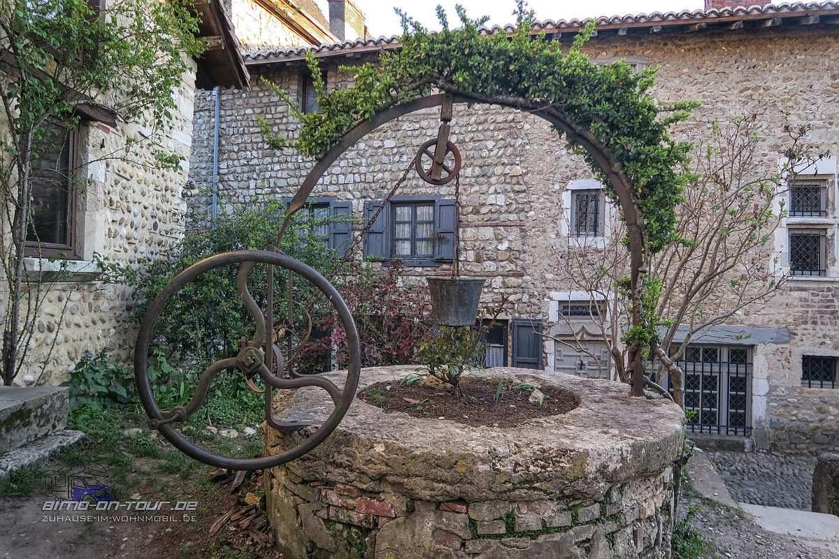 Perouges-Brunnen
