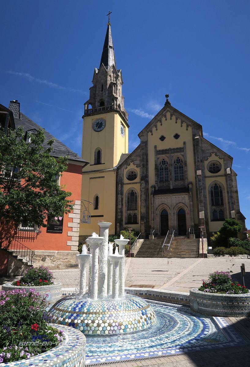 Selb-Porzellanbrunnen vor Kirche